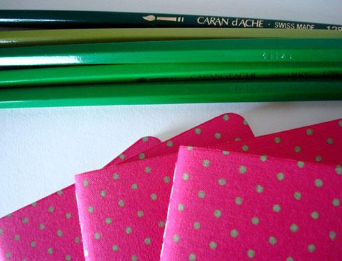 bolinhas verdes com fundo rosa