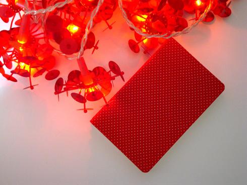 bolinhas brancas com fundo vermelho